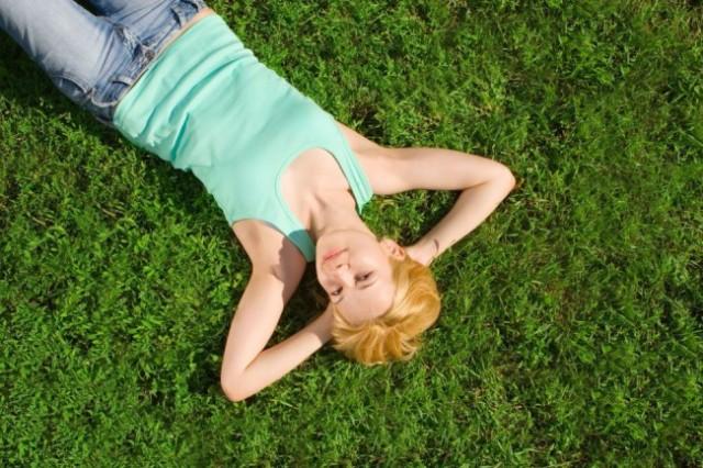 fata-intinsa-in-iarba